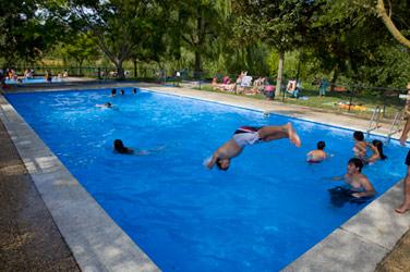 Bungalows en riezu parque natural de urbasa and a turismo rural casas de madera - Camping en navarra con piscina ...